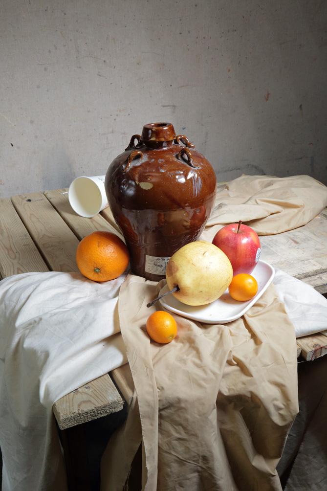 作画步骤:以重色罐子和水果为主的静物组合